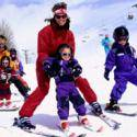 Pura Vida organiza cursillos de esquí y snowboard en Valdesquí, a 65 km de Madrid, para grupos de familias y colegios. Estos paquetes de nieve desde 1